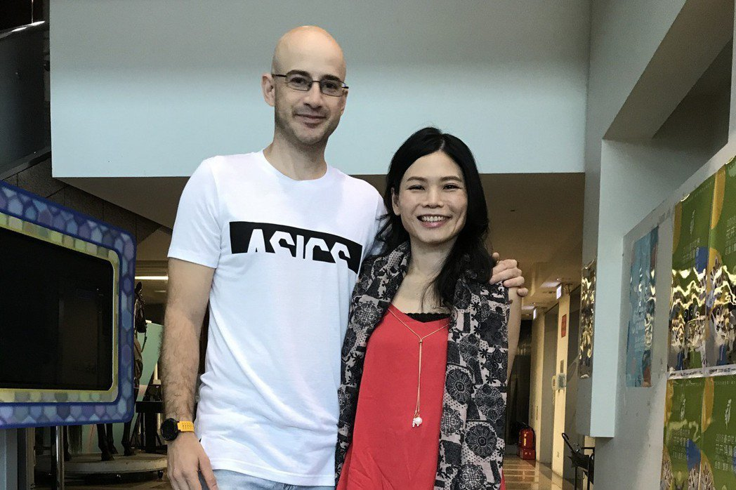 吳鳳(左)帶著老婆一起錄影,談到差點又流產他非常心疼。記者葉君遠/攝影