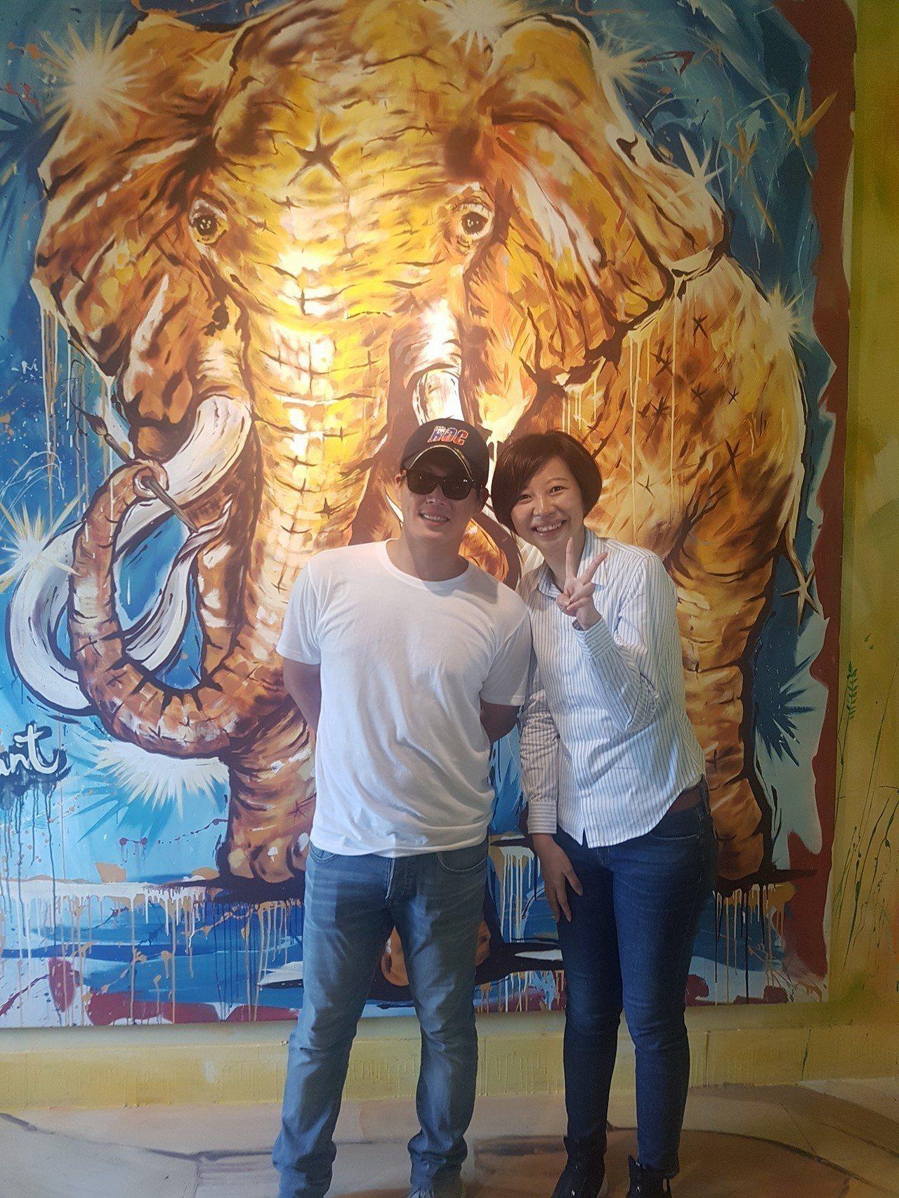 台南市議員陳怡珍(右)與黃姓男助理司機(左)合照。圖/擷取自黃姓助理司機臉書