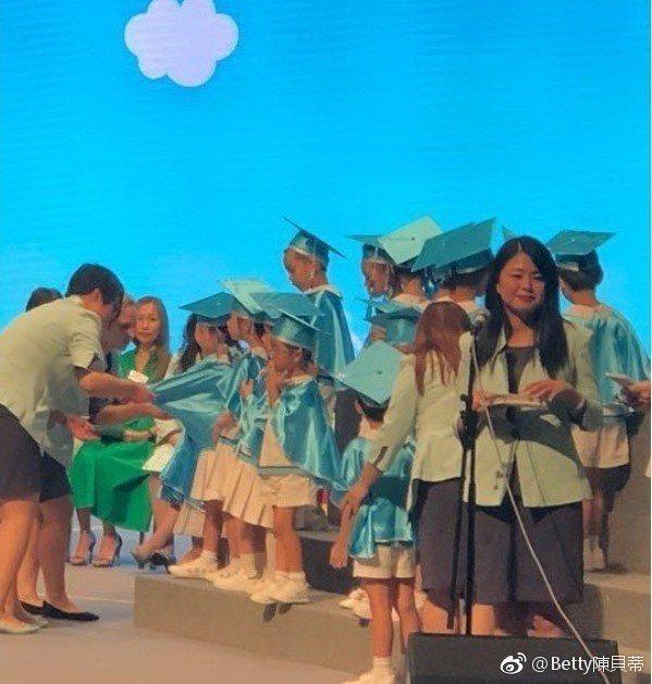 幼稚園畢業典禮上小朋友開心表演、領證書,其中竟然有藝壇巨星的孩子。圖/摘自微博