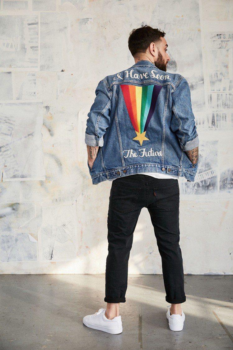 Pride平權系列丹寧夾克以背後彩虹刺繡與彩虹色彩小紅旗展現「做自己」的真諦。圖...