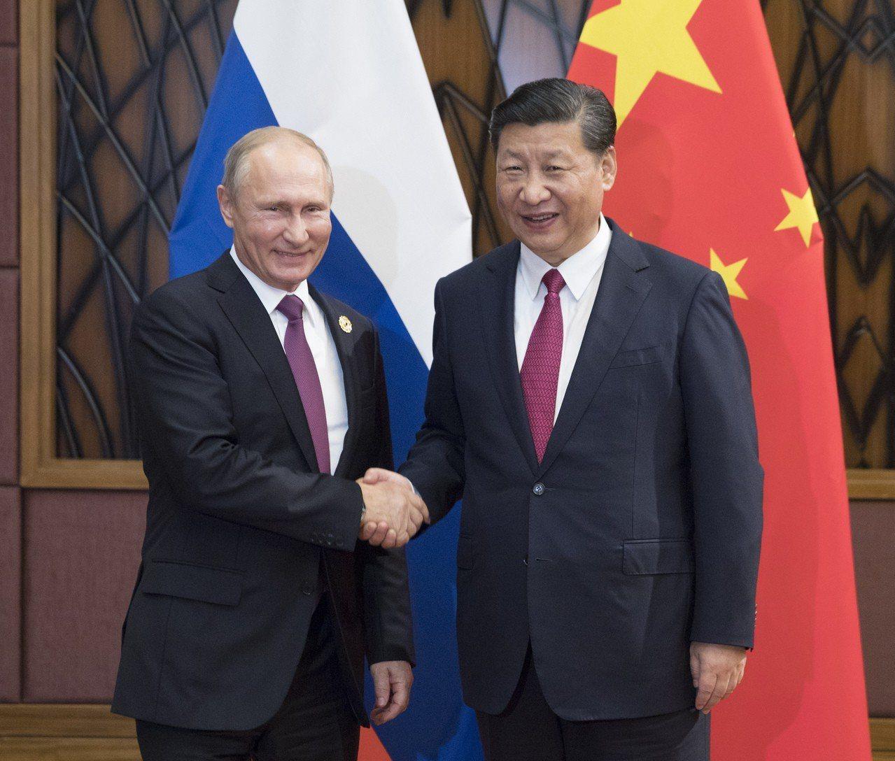 圖為2017年11月10日,中國國家主席習近平(右)在越南峴港會見俄羅斯總統普亭...