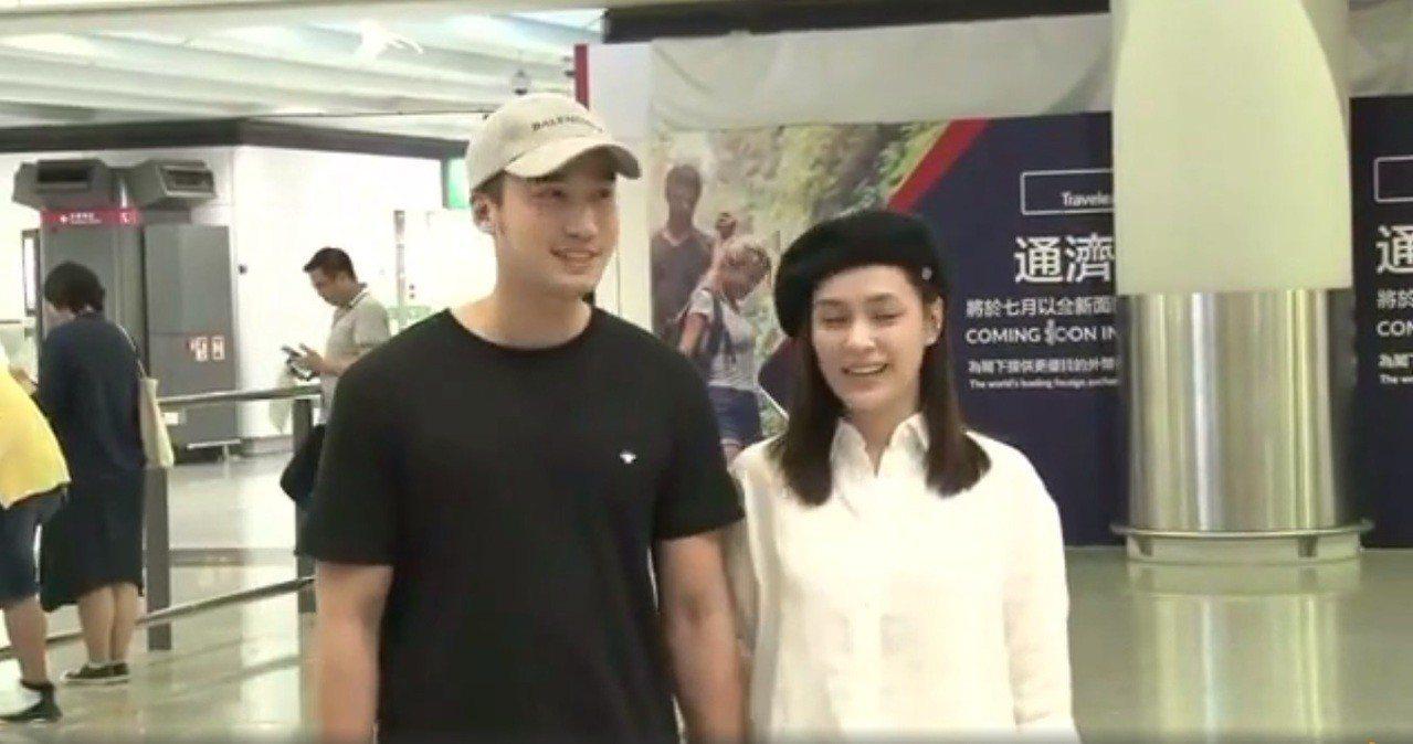 阿嬌與賴弘國返港,受到大批媒體的包圍。圖/翻攝自微博
