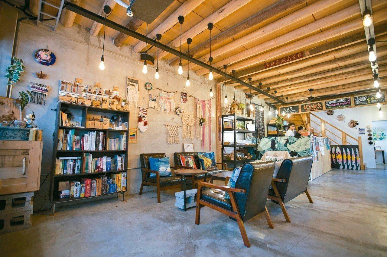 「飲室繪友」為結合咖啡廳、藝術展場的複合式空間,為竹市老屋成功活化案例。 圖/新...