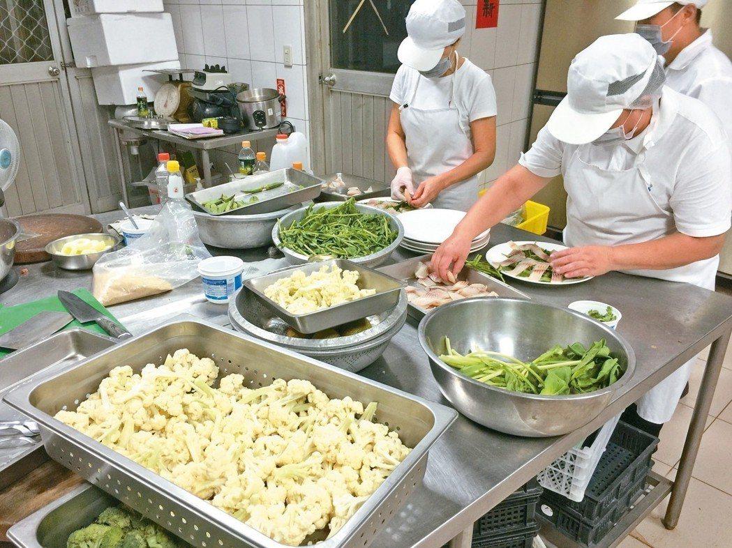 「午食對味實驗料理廚房」,顛覆傳統營養午餐烹調手法。 記者章凱閎/攝影