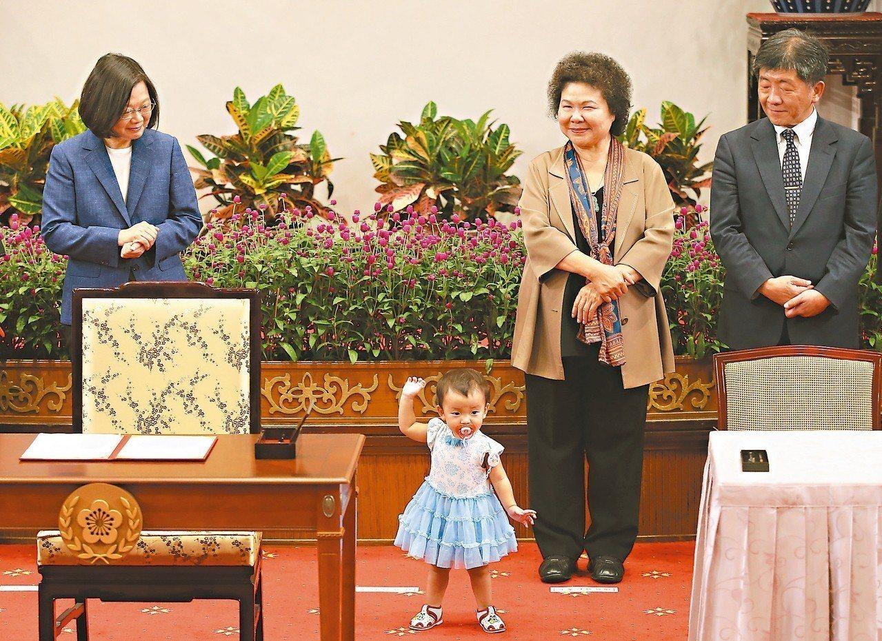 蔡英文總統(左一)昨簽署「兒童及少年未來教育與發展帳戶條例」,邀請參與儲蓄的家庭...