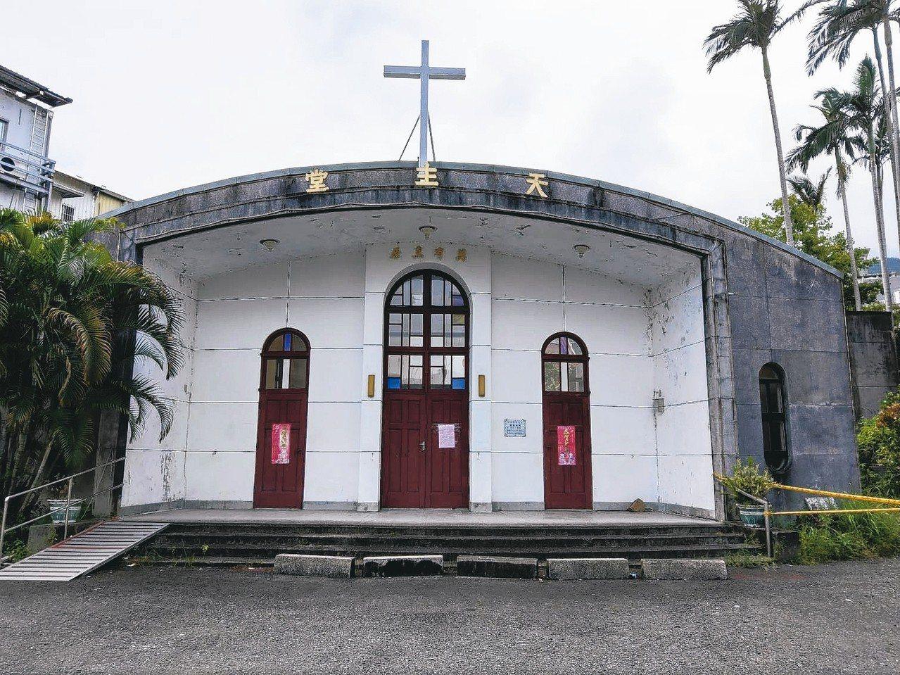 礁溪天主堂只剩正面的一面牆,後面幾乎都被拆了。 記者戴永華/攝影