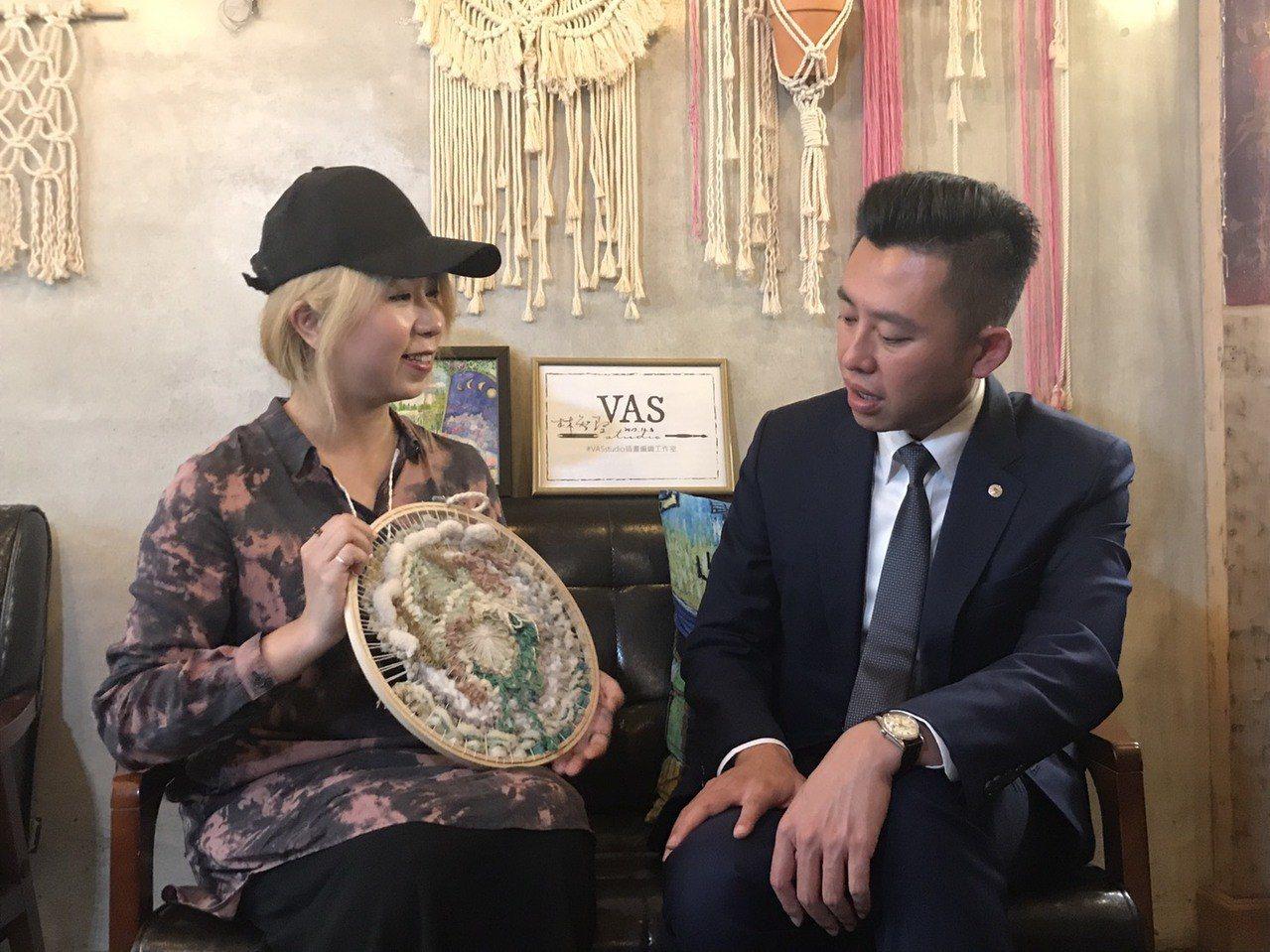 市長林智堅(右)與「飲室繪友」駐店藝術家了解作品。記者張雅婷/攝影