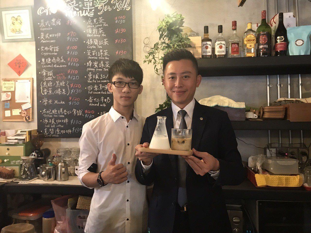 市長林智堅(右)與飲室繪友店長陳俊逸,品嘗店內招牌咖啡。記者張雅婷/攝影