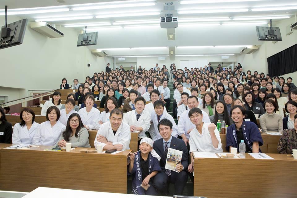 日本米其林二星主廚高木一雄結合社區和廚師好友,投身改善日本學童的學校午餐,讓學生...