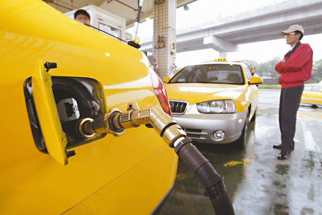 加氣比加油便宜,不少計程車司機開瓦斯計程車營業。 圖/聯合報系資料照片