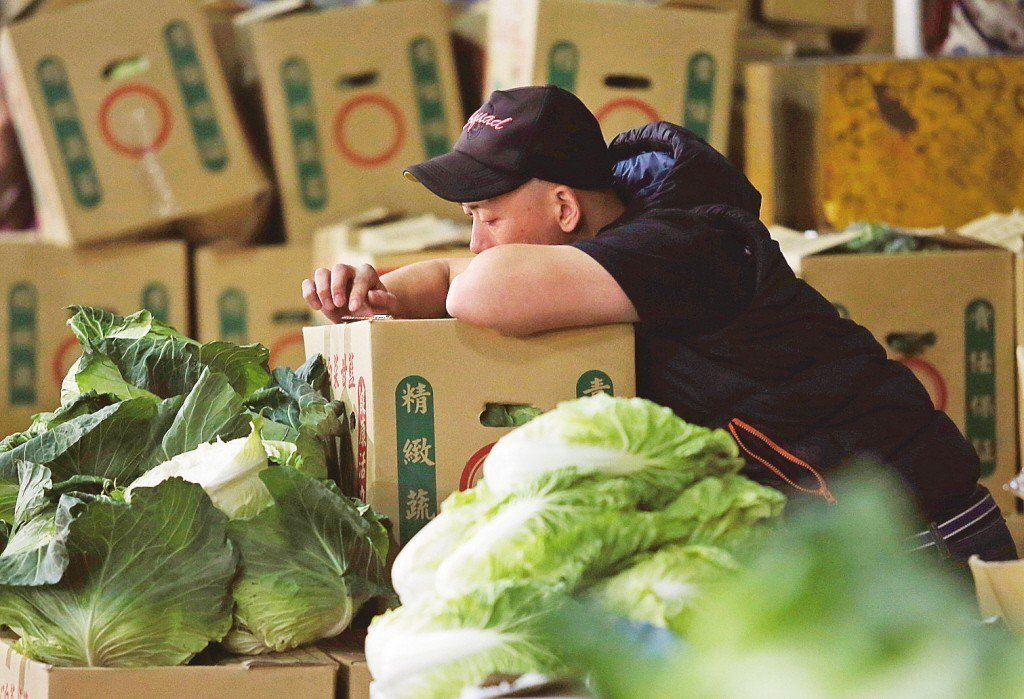 台北果菜批發市場因年後兩度三連休,引發菜價崩跌。 圖/聯合報系資料照片