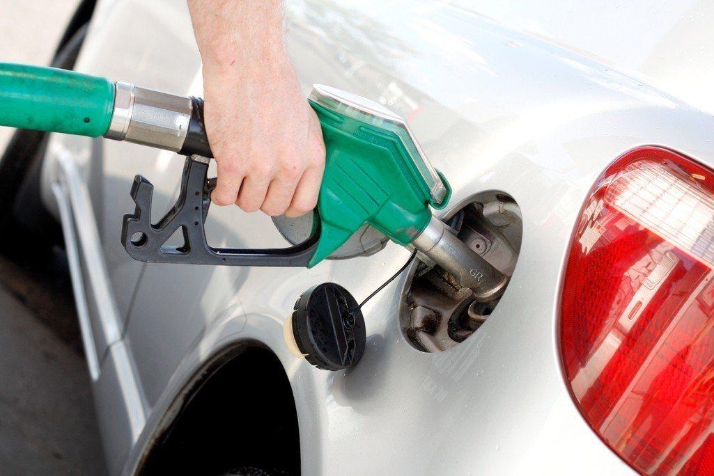 據中油浮動油價機制預估,2日凌晨零時起,國內各式汽、柴油價格每公升估約各調漲0....