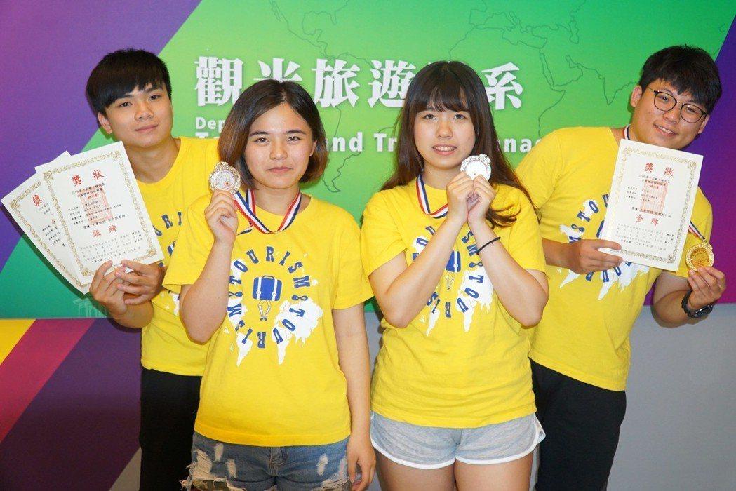 大葉大學觀光系學生周禹丞(左一)、李詩瑜(左二)、林怡茜(右二)、溫承哲(右一)...