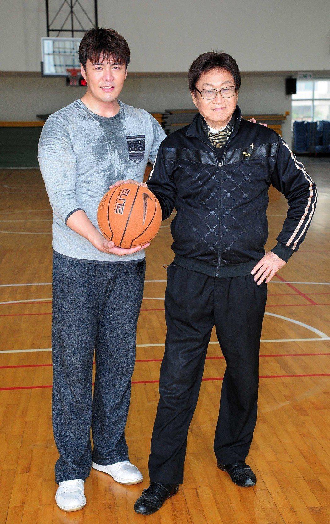 傅達仁(右)曾客串演出台視八點檔《東華春理髮廳》,與男主角為劉至翰(左)對戲。 ...