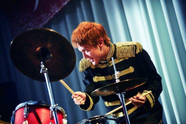 中川大志飾演小混混爵士鼓手千太郎。圖/車庫娛樂提供