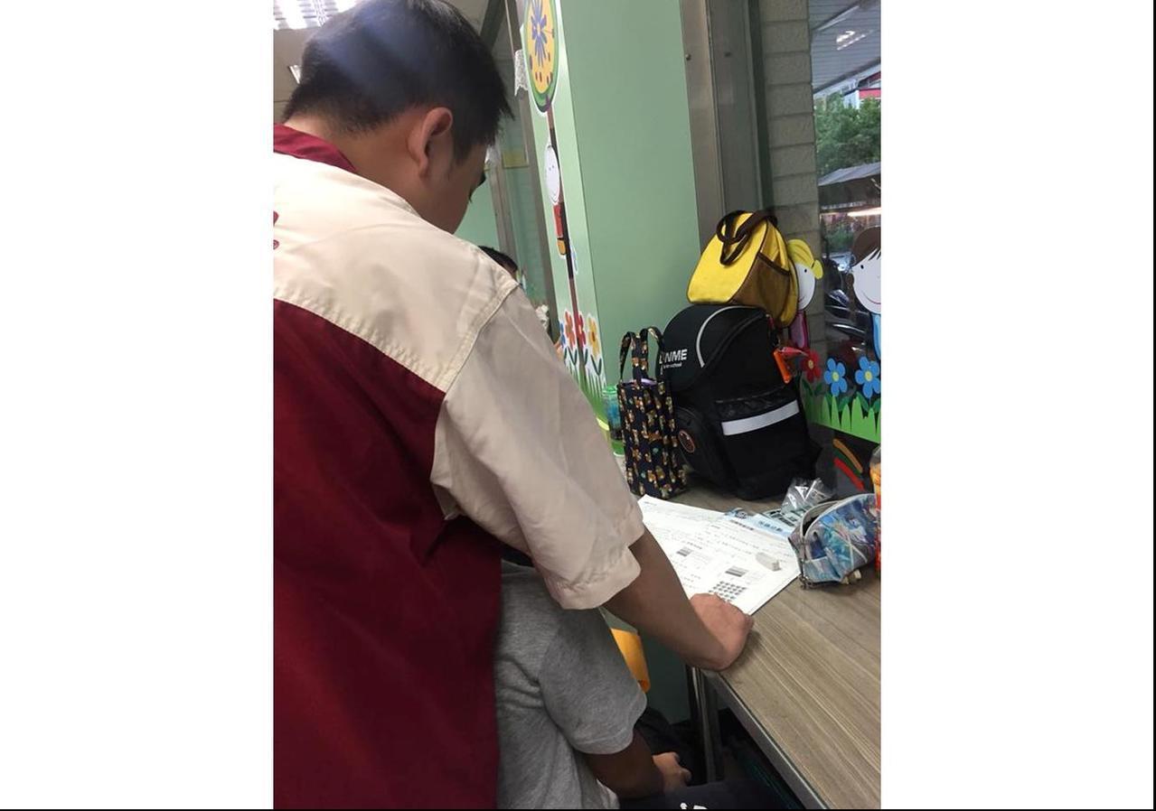 一名網友到高雄某間7-11購物時,發現店員正在教一位國小學童寫數學。此舉感動了許...