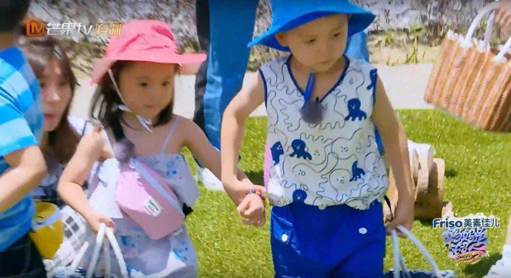 大麟子與咘咘手牽手。圖/擷自YouTube