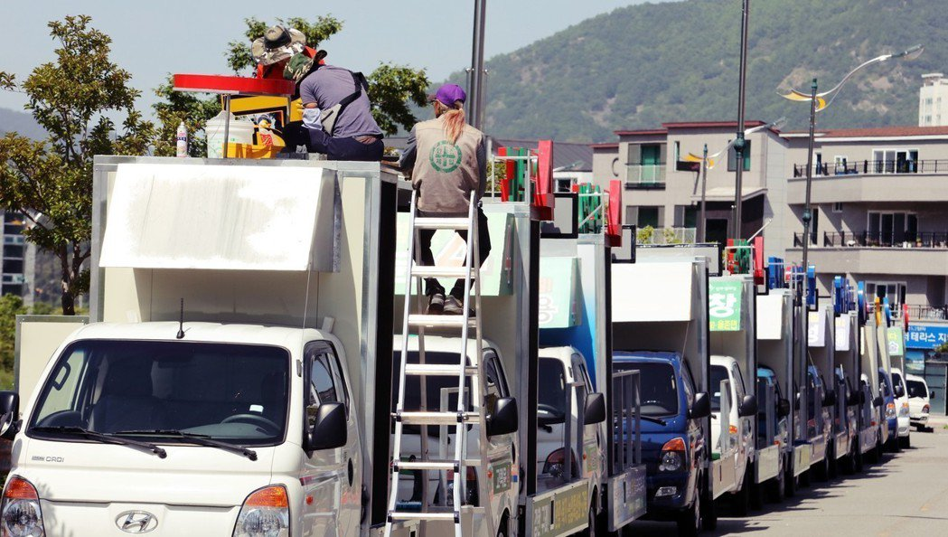 選戰進入最後倒數,各地的宣傳車業者,也做好了掃街的動員準備。 圖/歐新社