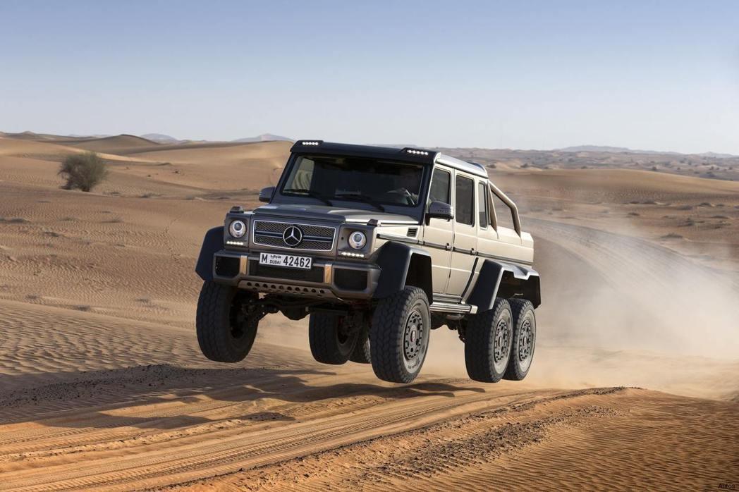 2013年Mercedes-Benz推出市售版六輪驅動的越野巨獸G63 AMG 6X6,成為富豪們的夢幻逸品。 圖/Mercedes-Benz提供