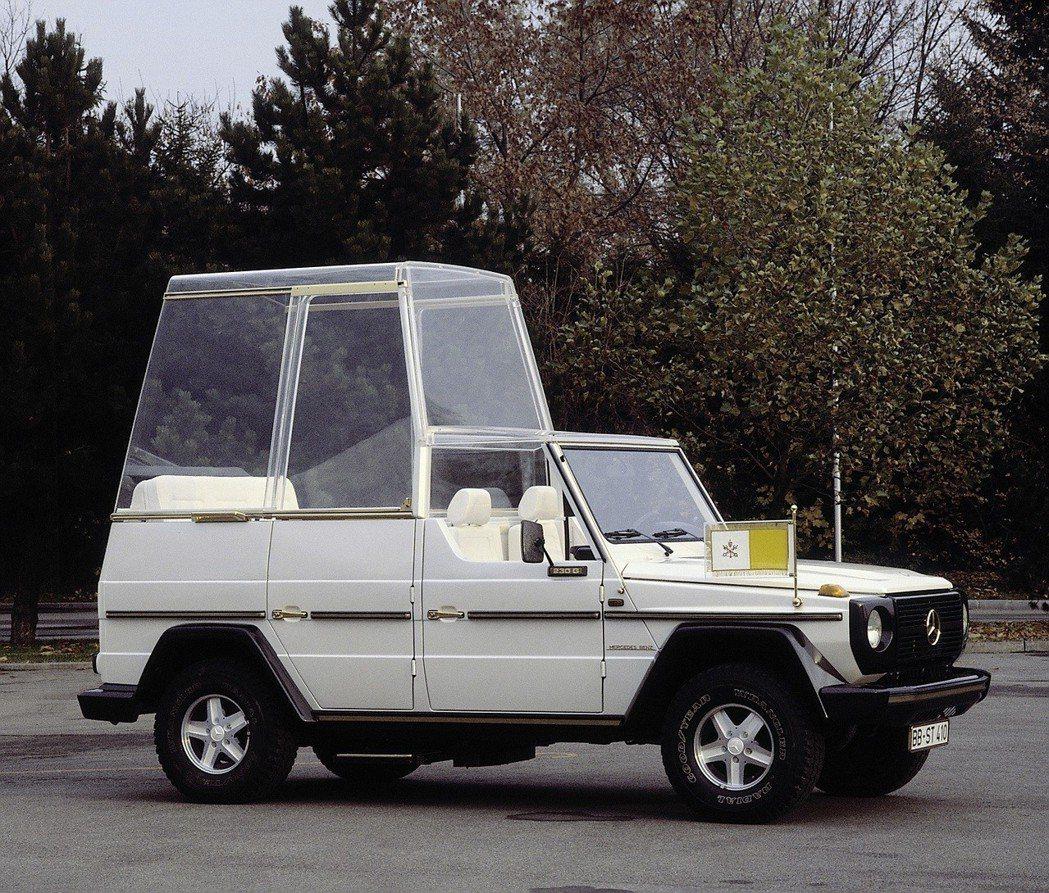 1980年教宗John Paul二世造訪德國時,選擇搭乘由Mercedes-Benz使用230 G所打造的專屬座駕Papamobil。 圖/Mercedes-Benz提供