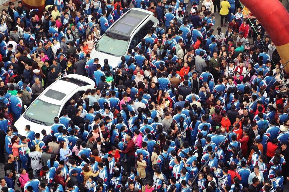 遼寧省丹東市,考生排隊入場。該地考題為:二戰期間的戰鬥機防護,注重防彈痕跡少的地...