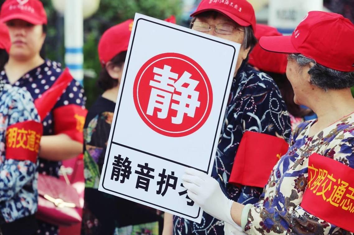 江蘇南通市,社區老人擔任糾察隊維護考場秩序。該地考題為:〈生活處處有言語〉,以「...