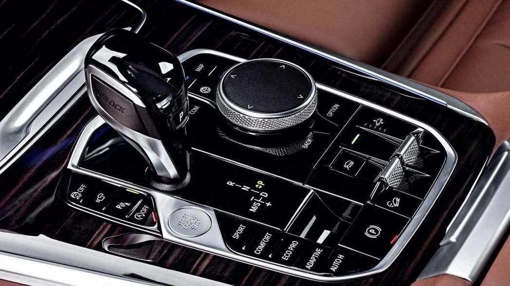 排檔桿與旋鈕也都做了更新。 摘自BMW