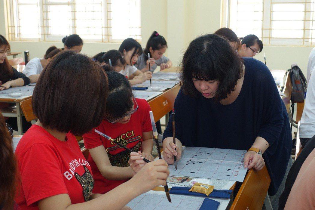 台灣華語教師前進越南,輸出華語教育。 文藻外大/提供。