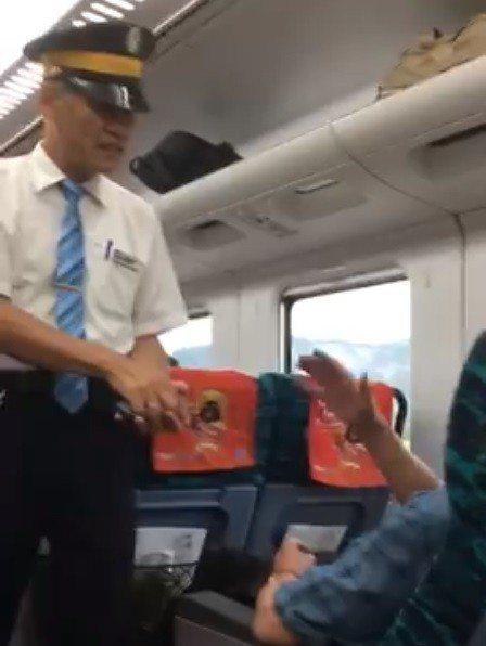 一名男子不滿台鐵便當已賣完,不斷對列車長抱怨為何不出餐車,列車長只能不斷解釋便當...