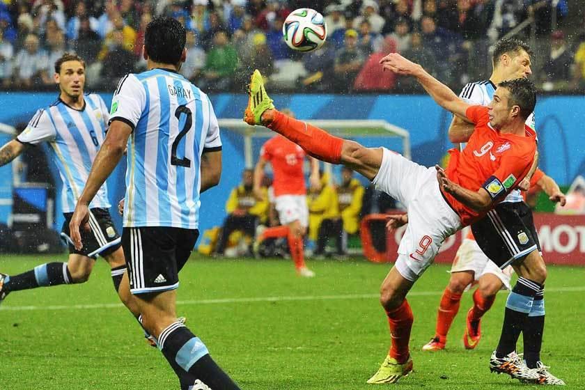 沒有能與范·佩西(右)完美搭配的中場好手,他也無緣在世界盃中展現高超的球技,讓球...