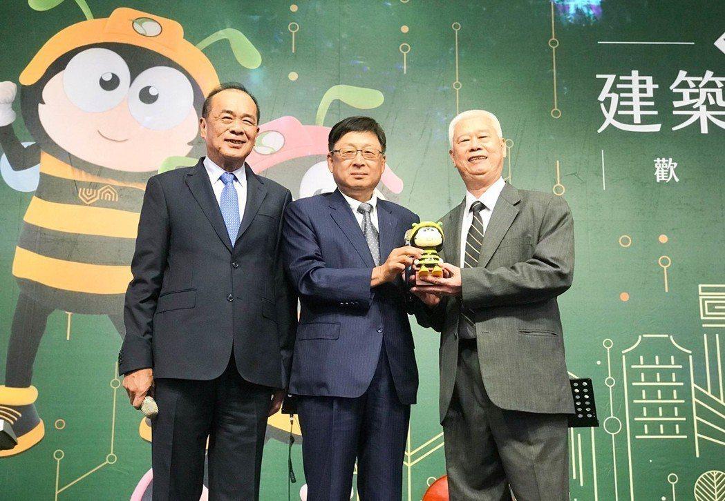 高市建築經營協會理事長黃啟倫(中)以25萬元得標蔡英文總統簽名公仔,他慷慨的把這...