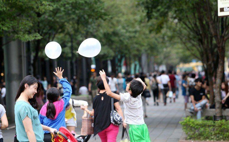 家長帶孩子出門逛街遊玩。聯合報系資料照