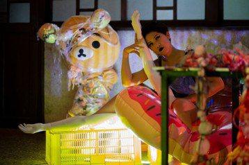 野孩子肢體劇場,將在6 月15 日-17 日于台北微遠虎山演出法國作家惹內寫於監獄的小說《繁花聖母》,於日前(6/6)舉辦演前記者會。此次演出跳脫制式表演場館,將於城市邊陲一座土地公廟外進行。一年來...