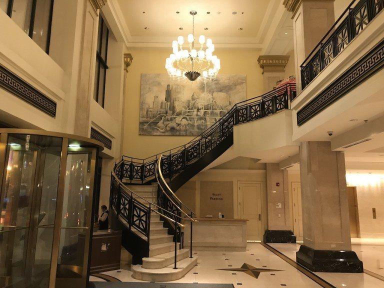 如果細看大廳樓梯迴廊的牆上,畫的正是芝加哥知名的景色,白金漢噴泉及天際線 圖文來...