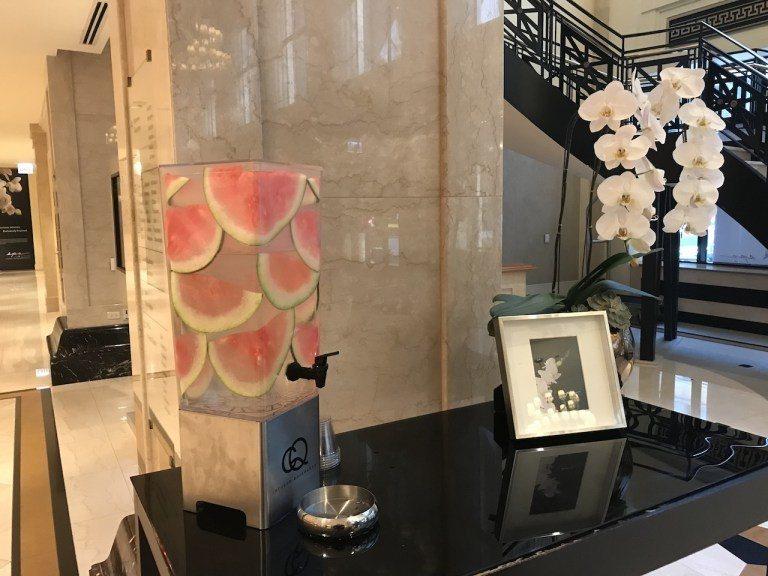 就連給客人喝的水,西瓜可不是隨邊切塊丟在裡面,而是切薄片類似鑲在壁上的感覺。這種...