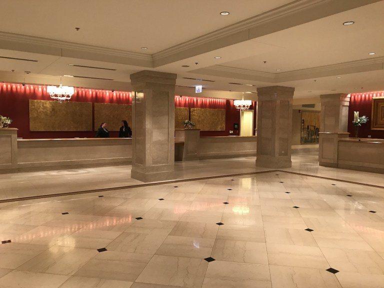 這是一樓大廳登記入住的櫃檯,其實這個設計在芝加哥傳統的高級酒店比較少見,像我之前...