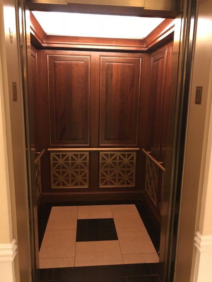 酒店內總共配置六台電梯,真的完全不用擔心等電梯的問題。風格一樣是走木製古典風 圖...