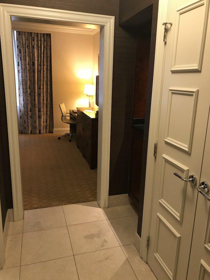 一走進房間,我跟我家太座的第一個感覺就是,這也太像麗池卡爾頓的風格。有放東西的平...