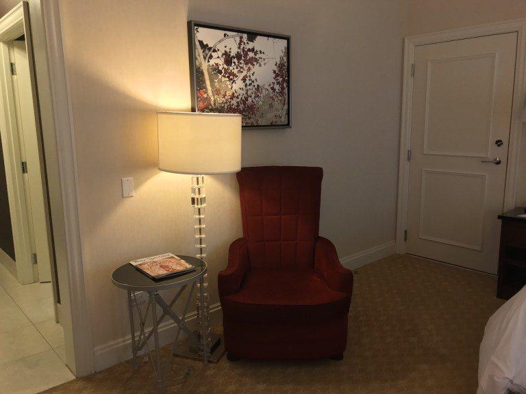 這個搖椅坐起來也是挺舒服的,唯一可惜的是色系,暗紅色反而讓視覺效果上空間變小 圖...