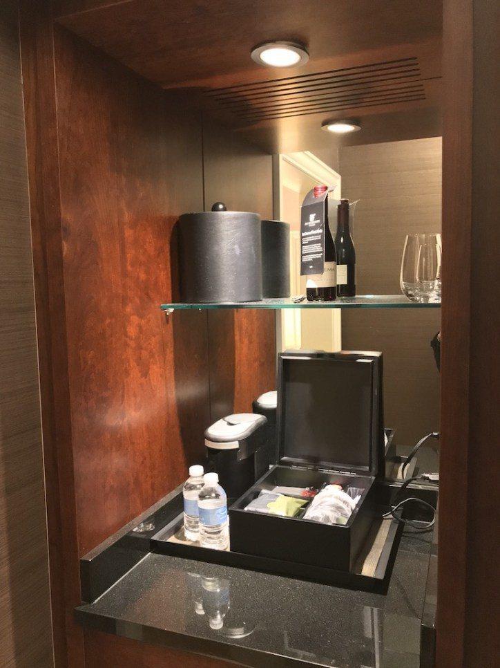 入口處衣櫃旁有個小酒吧,可以看到會員提供的免費瓶裝水,唯一讓我覺得有點不滿意的地...