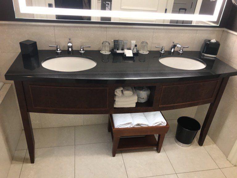 有看到雙水槽嗎?這不是套房,只是有景觀的一般房型,所以浴室其實也是滿大的! 圖文...