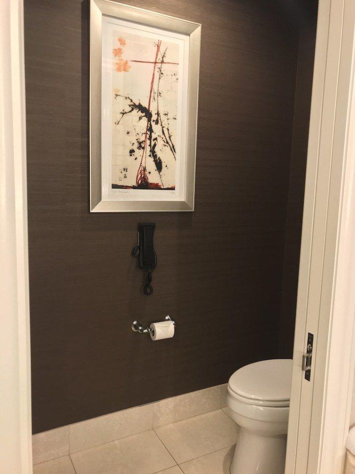 洗手間裡還掛有畫作,有沒有一整個有氣質起來? 圖文來自於:TripPlus