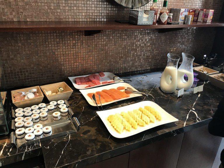 冷食區就是水果、火腿跟麵包,真的很少見到美國早餐有出木瓜的,而且挺甜挺好吃的。 ...