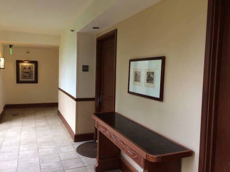 我們房間在這一棟的一樓,房門朝著上圖右邊的落地窗,陽光非常充足。房號是3開頭,可...