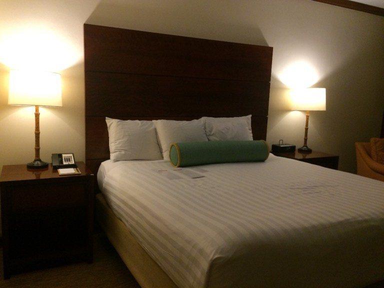 King Size的床,我跟先生都覺得床跟枕頭太軟,很難睡。圖文/TripPlu...