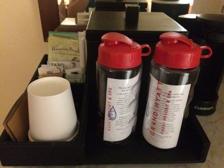 很特別的是,每個房間都提供可以重複使用的水壺,提醒大家環保的重要,渡假村也到處有...