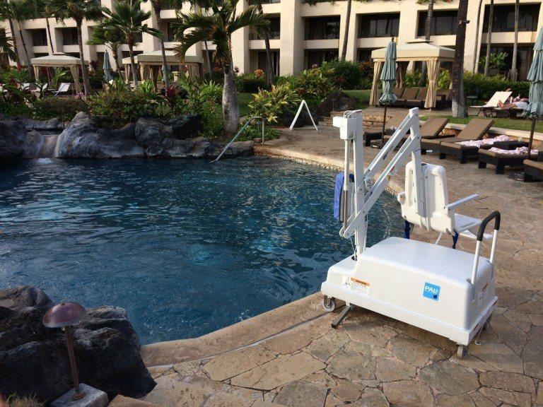 有很體貼的機器,可以幫助身殘人士進入泳池。圖文/TripPlus提供