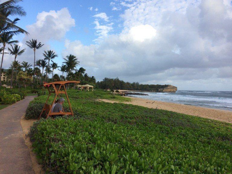 不過沒關係,旁邊就是沙灘與海洋,還有搖椅可以坐,照片後方的岩石,是可愛島的最西點...
