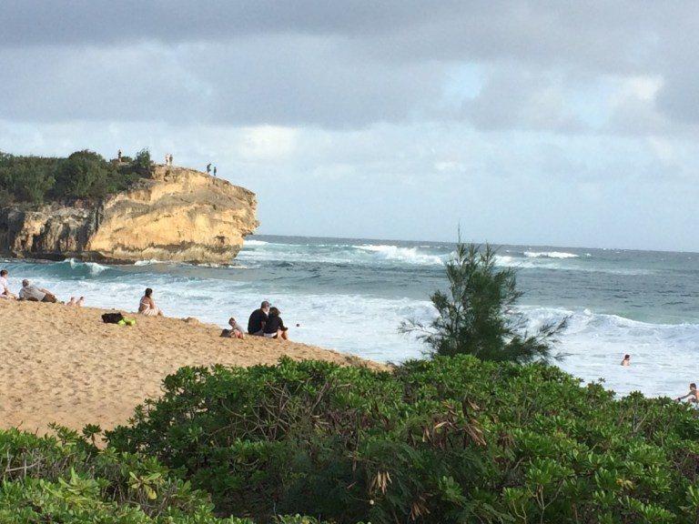 體貼的叮嚀:浪有時會很大,要在海裡游泳,請考量自身的能力,還有要在有救生員的地方...
