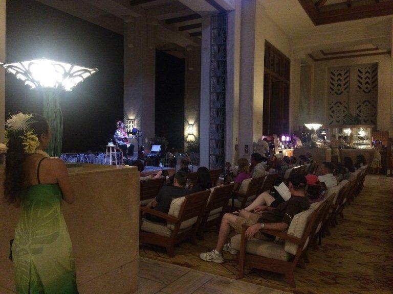 Seaview Terrace,中庭餐廳面海的座位,每晚有夏威夷歌舞表演,舞台後...